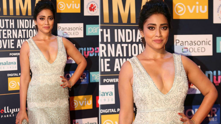 Shriya Saran Hottest Cleavage Show at SIIMA Awards 2018